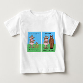 女性のカーボーイおよびカエルのブルネット ベビーTシャツ
