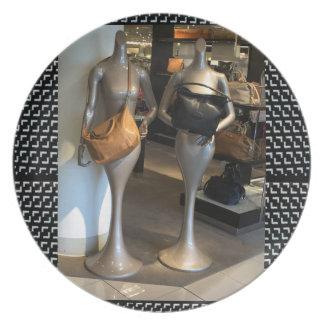 女性のファッションのショールームの窓のハンド・バッグの買物をすること プレート