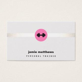 女性のフィットネスのパーソナルトレーナーのピンクのダンベル 名刺