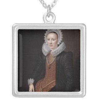 女性のポートレートは29 1615年を老化させました シルバープレートネックレス