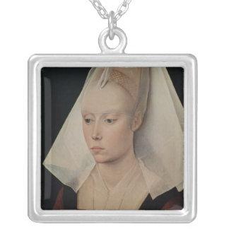 女性のポートレート、c.1450-60 シルバープレートネックレス