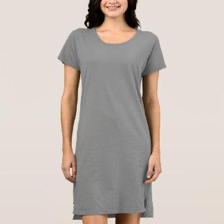 女性の代わりとなる服装のTシャツの服 ドレス