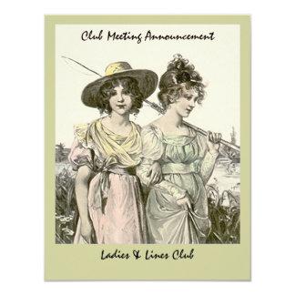 女性の女性は飛びまグループクラブ招待状を採取します カード