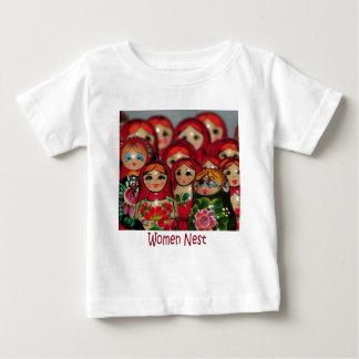 女性の巣、ロシアのなネスティング人形 ベビーTシャツ