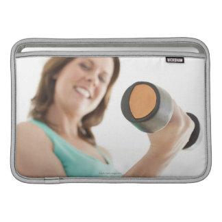 女性の持ち上がる重量 MacBook スリーブ