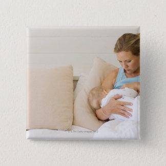 女性の母乳で育てるベビー 缶バッジ