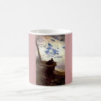 女性の海の崖の月光の旧式な絵画 コーヒーマグカップ