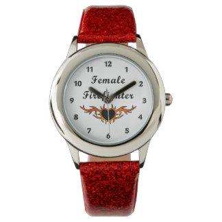 女性の消防士の入れ墨 腕時計