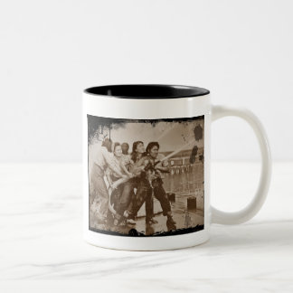 女性の消防士の真珠湾12月7日 ツートーンマグカップ