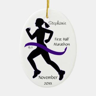 女性の紫色の半分のマラソン選手のオーナメント セラミックオーナメント