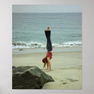 女性の逆立ちの海ポスター ポスター
