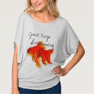 """女性の金魚の""""ちょうど水泳""""のFlowyの上保って下さい Tシャツ"""