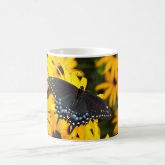 女性の黒いアゲハチョウの蝶マグ コーヒーマグカップ