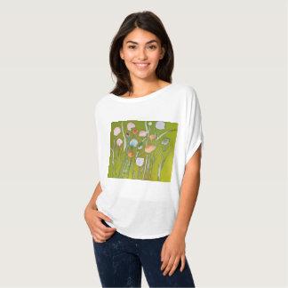 女性のBella及びキャンバス3/4の袖w/flower Tシャツ