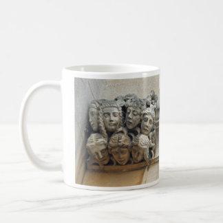 女性はガーゴイルのマグに直面します コーヒーマグカップ