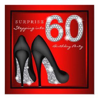 女性は第60誕生会の赤および銀を驚かします カード