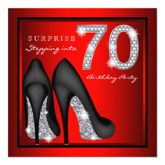女性は第70誕生会の赤および銀を驚かします カード