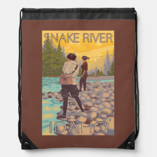 女性は魚釣り-スネーク川、アイダホ--を飛ばします ナップサック