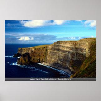 女性は、Moherの郡ドクレア、Irの崖見ます ポスター