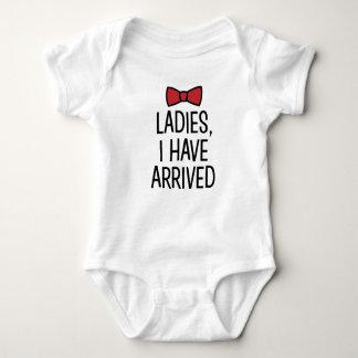 女性はI着かれたおもしろいな新生児の男の子のちょうネクタイを持っています ベビーボディスーツ
