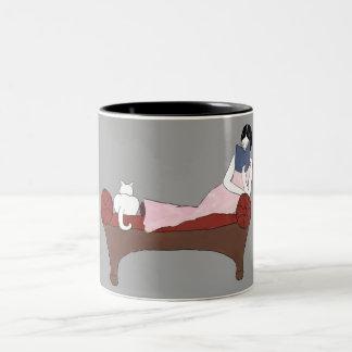 女性、猫およびAの非常によい本のマグ ツートーンマグカップ