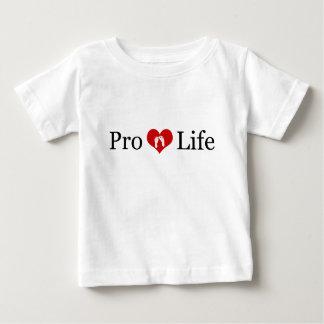 妊娠中絶反対のハートおよびベビーの足(ライト) ベビーTシャツ