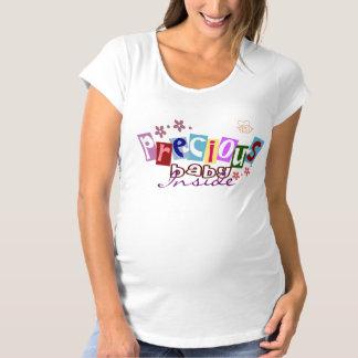 妊婦のなティーの中の大切なベビー マタニティTシャツ