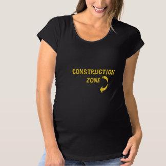 妊婦のな建築の地帯 マタニティTシャツ