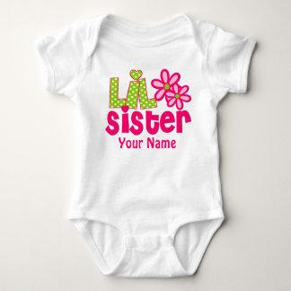 妹のピンクおよび緑の名前入りなワイシャツ ベビーボディスーツ