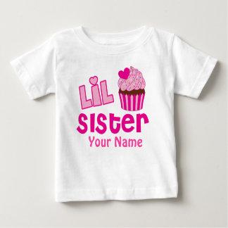 妹のピンクのカップケーキの一致は振りかけます ベビーTシャツ