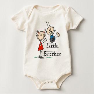 姉のTシャツを持つ弟 ベビーボディスーツ