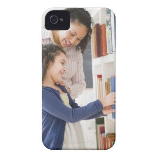 娘を救済している母は棚の本を選びます Case-Mate iPhone 4 ケース