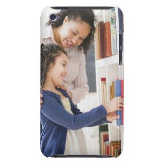 娘を救済している母は棚の本を選びます Case-Mate iPod TOUCH ケース