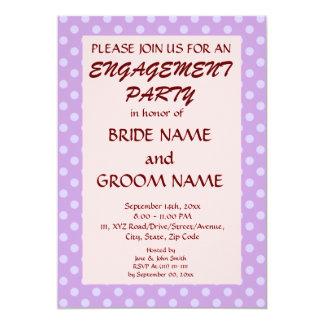 婚約のパーティーすみれ色の水玉模様、ピンクの背景 12.7 X 17.8 インビテーションカード
