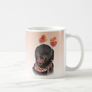 嬉しく黒いラブラドル・レトリーバー犬はマグの後をつけます コーヒーマグカップ