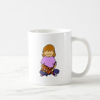 子ネコを握っているかわいい小さな女の子 コーヒーマグカップ