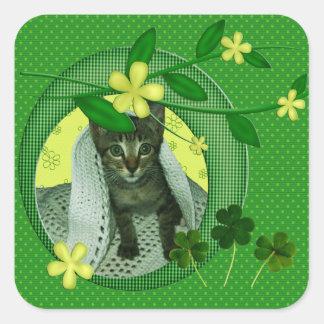 子ネコ、花、シャムロック及び緑の水玉模様 スクエアシール
