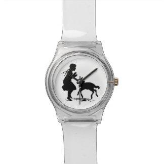 子ヒツジが付いている小さな女の子の演劇 腕時計