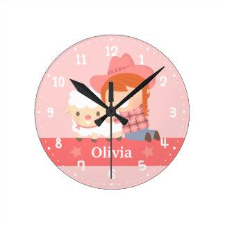 子ヒツジの女の子部屋の装飾を持つかわいく幸せな女性のカーボーイ ラウンド壁時計