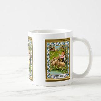子ヒツジを持つバイエルンの男の子 コーヒーマグカップ