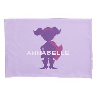 子供のスーパーヒーローの女の子のシルエットの名前入りな紫色 枕カバー