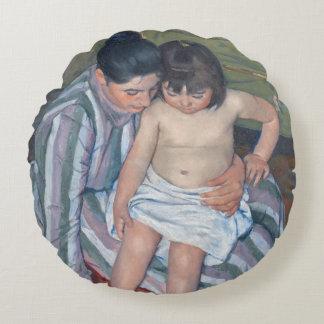 子供の浴室1893年(キャンバスの油) ラウンドクッション