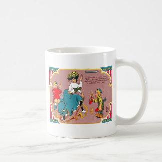 子供の花火の悪ふざけの女性 コーヒーマグカップ