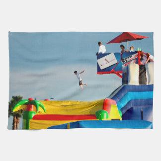 子供はカーニバルで乗車を離れて跳んでいる キッチンタオル