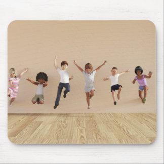 子供は家の絵の中で遊ぶことを跳んでいる マウスパッド