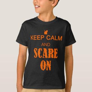 子供は平静を保ち、猫が付いているワイシャツでおびえます Tシャツ