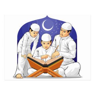 子供は彼らの親が付いているAlコーランを読むために学びます ポストカード