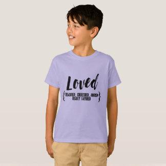 子供は愛されて、大事にされて秘蔵されて、崇拝されてティーにのせます Tシャツ