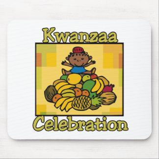 子供及びフルーツのKwanzaaのお祝い マウスパッド