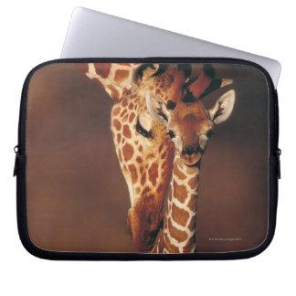 子牛(Giraffaのcamelopardalis)を持つ大人のキリン ラップトップスリーブ